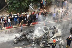 Hà Nội: Mercedes bị thiêu rụi, một phụ nữ tử vong vì va chạm giao thông