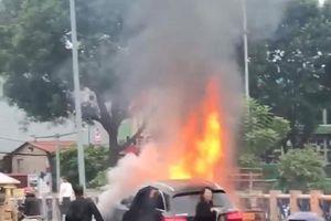 Xe Mercedes GLC bốc cháy dữ dội sau khi đâm xe máy giữa phố Hà Nội