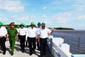 Phó Thủ tướng Trương Hòa Bình kiểm tra thực tế tình hình sạt lở tại Mũi Cà Mau