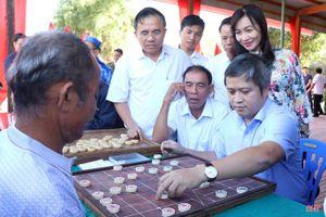 Chủ tịch Hà Tĩnh chơi cờ tướng với dân trong ngày hội Đại đoàn kết