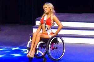 Thí sinh hoa hậu catwalk với xe lăn