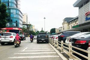 Ô tô dừng đỗ sai quy định trước cửa Ga Hà Nội