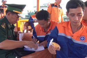 Cứu nạn kịp thời 9 thuyền viên và 2 hành khách trên tàu Đại Hải Phát 17