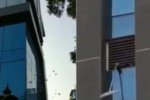 Tròn mắt nhìn tiền rơi từng cọc từ cửa sổ tòa nhà cao tầng