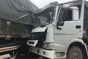 Quay đầu không quan sát, ô tô tải đâm trúng xe container