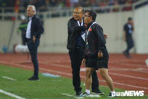 Trợ lý HLV Thái Lan nhiều lần khiêu khích, HLV Park Hang Seo rất kiềm chế