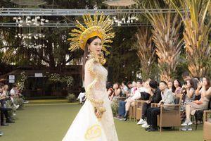 Á hậu Lý Kim Thảo diện áo dài long phụng, xuất hiện với vai trò vedette