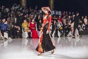 Bộ sưu tập của NTK Trung Quốc gây tranh cãi vì giống áo dài Việt Nam