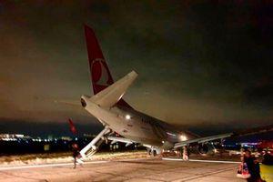 Máy bay Boeing gãy càng đáp phía trước và trượt khỏi đường băng