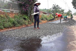 Vụ dùng đá ướt thi công đường: Những ai phải chịu trách nhiệm?
