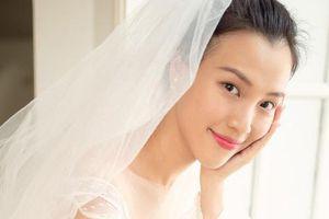 Vài ngày trước đám cưới, Hoàng Oanh một mình đi thử váy cưới nhưng vẫn khiến người hâm mộ xao xuyến vì quá đẹp