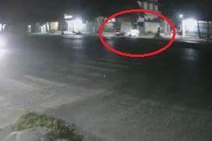 Xe máy phóng nhanh đâm thẳng vào ôtô đang sang đường