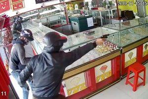 Bắt hai nghi phạm nổ súng cướp tiệm vàng ở TP HCM