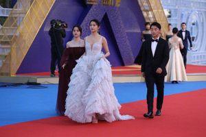 Màn đọ sắc đỉnh cao của Dương Mịch - Địch Lệ Nhiệt Ba, Quan Hiểu Đồng trên thảm đỏ 'Kim Kê 2019'