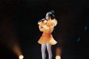 Phương Ly – Rhymastic mang cả dàn xe điện lên cả sân khấu ra mắt MV 'Đâu chịu ngồi yên'