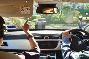 Thủ tướng 94 tuổi Malaysia lái xe đưa vợ đi hẹn hò