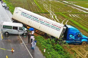 Ôtô chở 12 nhà sư đối đầu xe container