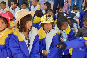 Quảng Trị: Trao xe đạp, áo ấm và tuyên truyền pháp luật cho học sinh Trường TH-THCS xã A Ngo, huyện ĐaKrông