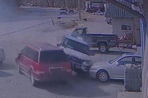 Xe cảnh sát mất lái, lao vào ôtô của dân thường