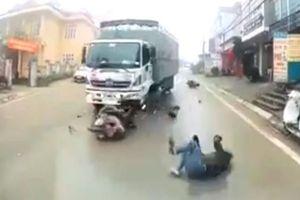 Sương mù dày đặc, xe tải vượt ẩu đâm thẳng vào người đi xe máy