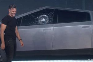 Khoe kính xe Cybertruck siêu bền, CEO của Tesla 'choáng váng' ngay sau đó