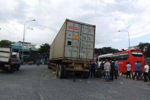 Đi vào làn ô tô, đôi vợ chồng bị xe container tông thương vong