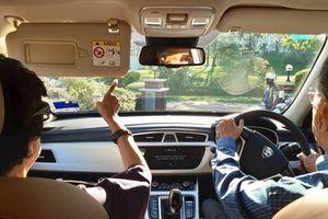 Thủ tướng Malaysia 94 tuổi tự lái xe đưa vợ đi hẹn hò gây 'sốt' mạng xã hội