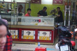 Bắt 3 kẻ cướp tiệm vàng ở Sài Gòn, thu giữ nhiều súng và kiếm