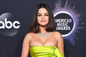 Selena Gomez khoe ngực trên thảm đỏ American Music Awards 2019