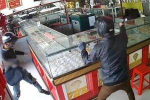 Hiện trường vụ thanh niên dùng búa cướp tiệm vàng ở Long An