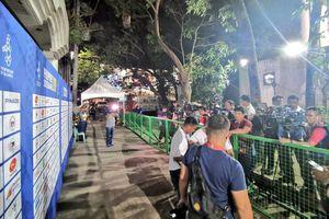 Họp báo trận Malaysia - Myanmar diễn ra trong hẻm gần sân đấu