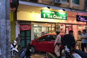 Nữ tài xế mất lái lao xe vào tiệm trà chanh trên phố Hàng Bài