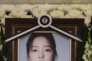 Tang lễ của Goo Hara ngập tràn hoa trắng