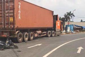 Cha mẹ bị thương, bé gái 2 tuổi tử vong sau va chạm với container