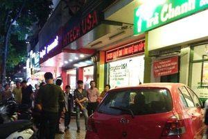 Nữ tài xế lao ô tô vào quán trà chanh ở trung tâm Hà Nội, khách hàng bỏ chạy toán loạn