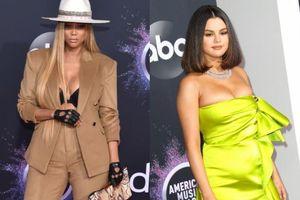 Siêu mẫu Tyra Banks, Selena Gomez cùng 'thiêu đốt' ánh nhìn với vòng một căng tràn tại thảm đỏ AMA 2019