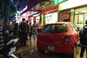 Nữ tài xế mất lái, ô tô lao thẳng vào quán trà chanh trên phố