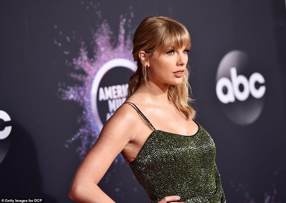Taylor Swift thần thái sang chảnh, đẹp cuốn hút trên thảm đỏ AMA 2019