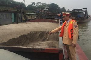 Tạm giữ tàu khai thác, mua bán cát trái phép trên sông Hồng