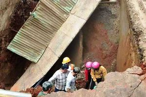 Mặt cầu bất ngờ đổ sập kéo cả người và xe xuống hố sâu
