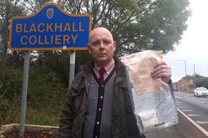 Cảnh sát vào cuộc điều tra nhiều túi tiền vứt như rác trên đường