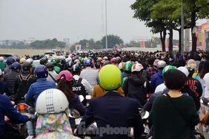 Hàng ngàn fan xếp hàng chờ gặp idol ở sân Mỹ Đình khiến giao thông tê liệt
