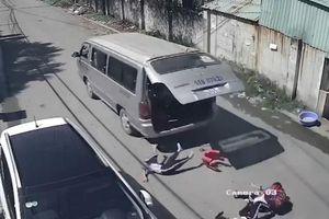 3 học sinh tiểu học văng khỏi ôtô, rơi xuống đường