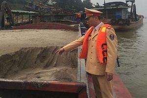 Bắt tại trận hành vi hút và mua bán cát trên sông