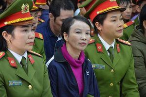 Mẹ nữ sinh giao gà tại Điện Biên bật khóc khi nhắc tới con gái tại tòa