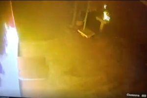 Bị kẻ lạ đốt nhà lúc nửa đêm, 4 người may mắn thoát chết