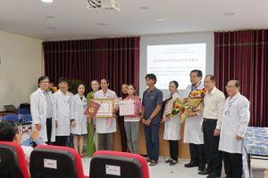 Khen thưởng đột xuất các bác sĩ cứu sống bé 12 tuổi bị viêm cơ tim tối cấp