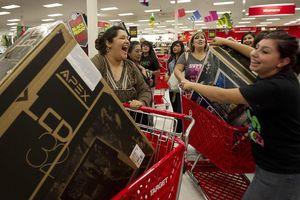 Black Friday bùng nổ tại các cửa hàng trên khắp thế giới