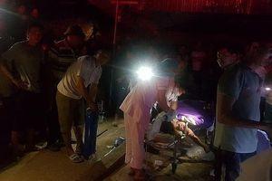 Xe ô tô chở đất đè sập nhà tạm, 2 mẹ con tử vong