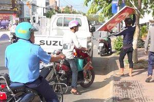 Thanh tra giao thông bị côn đồ chém đứt lìa ngón tay khi đi giải tỏa vỉa hè